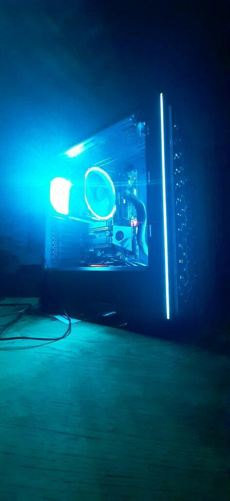 Zijkant foto van de workstation tijdens het testen van de RGB verlichting